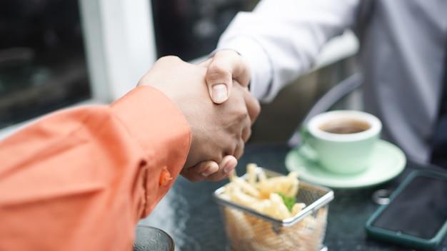 Biznesmen Uścisnąć Dłoń Zakończyć Spotkanie Premium Zdjęcia