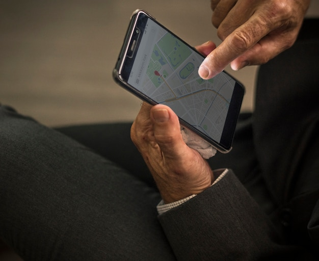 Biznesmen Używa Jego Telefon Komórkowego Darmowe Zdjęcia