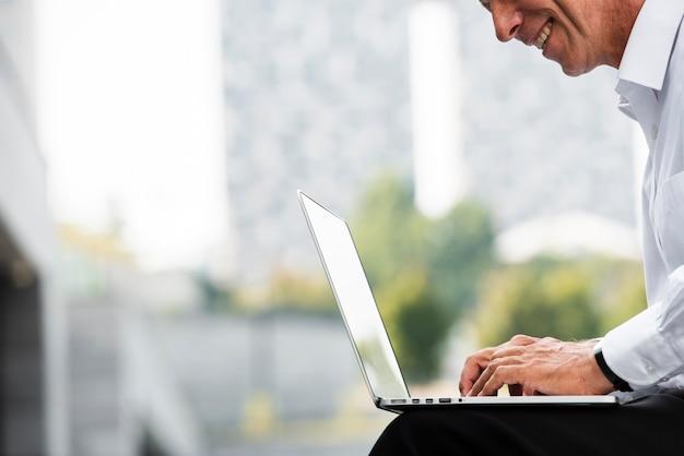Biznesmen używa laptop podczas gdy siedzący Darmowe Zdjęcia