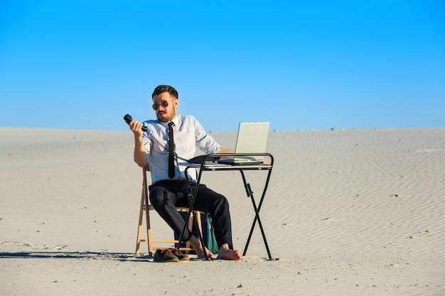 Biznesmen Używa Laptop W Pustyni Darmowe Zdjęcia