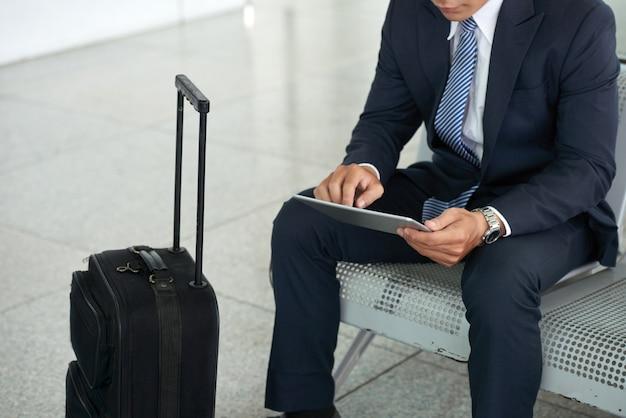 Biznesmen Używa Pastylka Komputer W Lotnisku Darmowe Zdjęcia