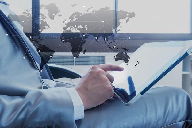 Biznesmen Używa Pastylkę Z Ogólnospołeczną Medialną Technologią Premium Zdjęcia