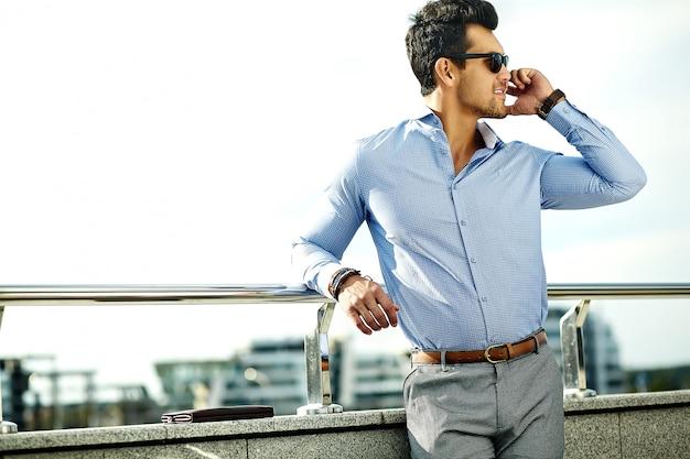 Biznesmen W Formalne Ubrania I Okulary Za Pomocą Swojego Telefonu Darmowe Zdjęcia