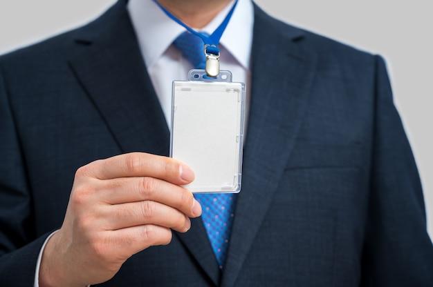 Biznesmen W Garniturze Na Sobie Pusty Identyfikator Lub Wizytówkę Na Smyczy Na Wystawie Lub Konferencji. Premium Zdjęcia