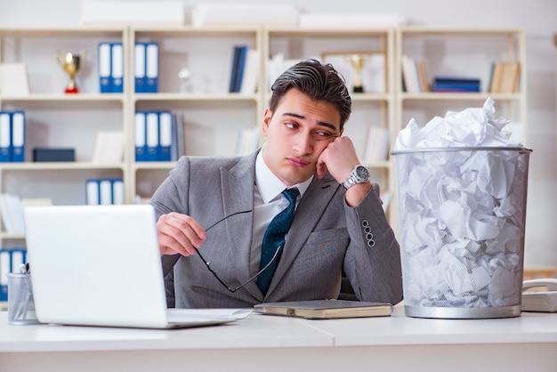 Biznesmen w koncepcji recyklingu papieru w biurze Premium Zdjęcia