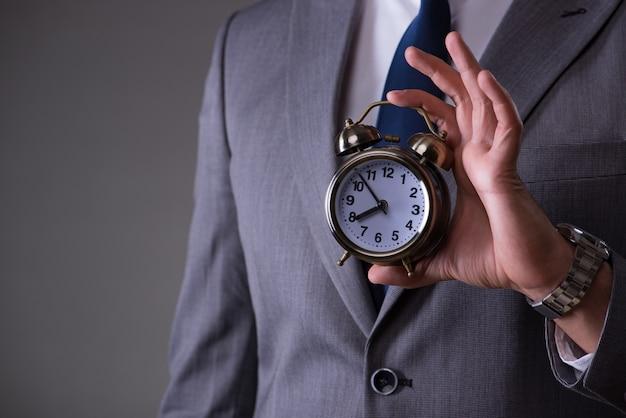 Biznesmen w koncepcji zarządzania czasem Premium Zdjęcia
