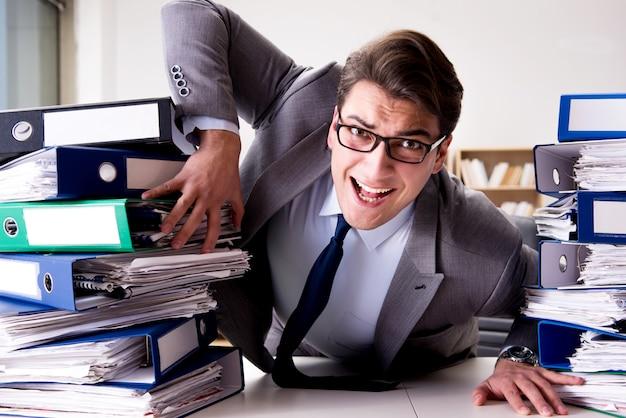 Biznesmen W Stresie Z Powodu Nadmiernej Pracy Premium Zdjęcia