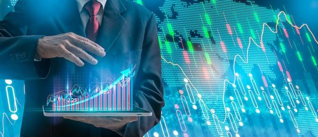 Biznesmen wskazuje strzałkowatego wykresu korporacyjnego przyszłościowego planu wzrost, ręka z akcyjnymi pieniężnymi mapa symbolami przychodzi od ręki. Premium Zdjęcia