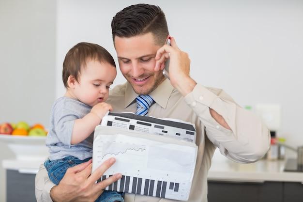Biznesmen Z Dokumentami Niesie Dziecka Podczas Gdy Na Wezwaniu Premium Zdjęcia