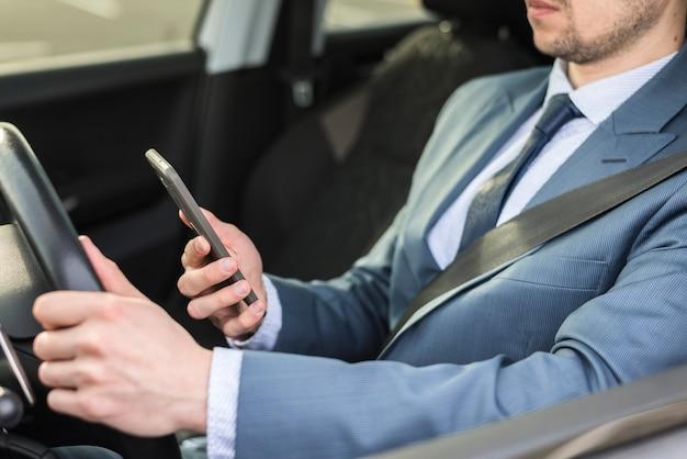 Biznesmen Z Smartphone W Samochodzie Darmowe Zdjęcia