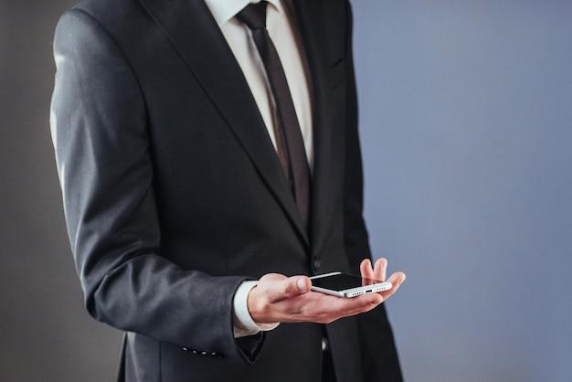 Biznesmen z telefonem w ręku. Premium Zdjęcia