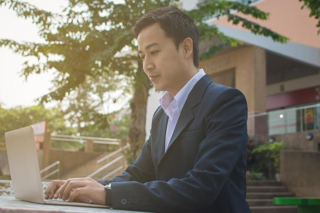 Biznesmen za pomocą laptopa Premium Zdjęcia