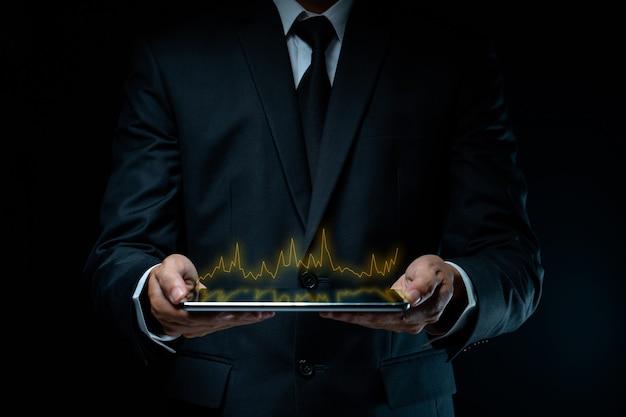 Biznesmen Za Pomocą Tabletu Planowania Marketingu Cyfrowego Z Efektem Hologramu Wykresu Premium Zdjęcia