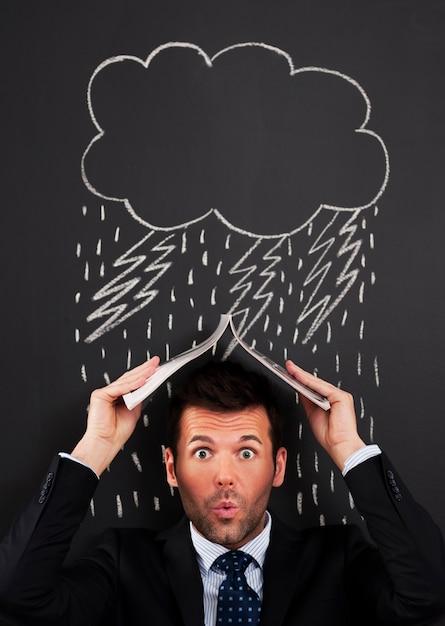 Biznesmen Zakrywający Głowę Przed Deszczem Darmowe Zdjęcia