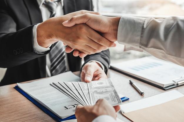 Biznesmena chwiania ręki daje dolarowym rachunkom kierownik biznesu Premium Zdjęcia