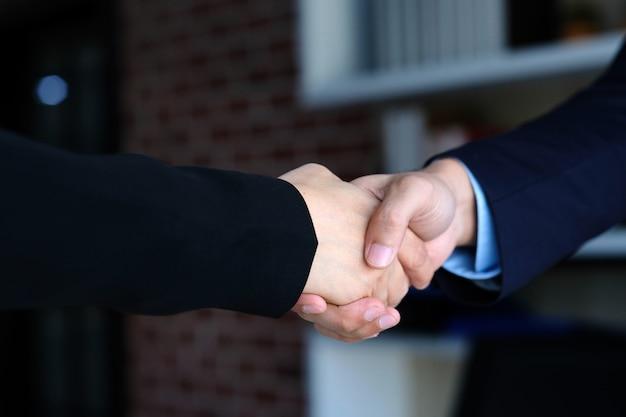 Biznesmena I Bizneswomanu Uścisk Dłoni Przy Partnerstwa Korporacyjnym Spotkaniem Premium Zdjęcia