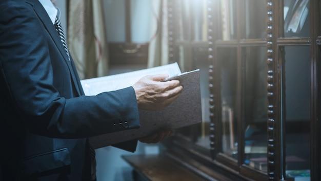 Biznesmena mienie dokumentuje kartoteka biznesowego raportu papierowego informację Premium Zdjęcia