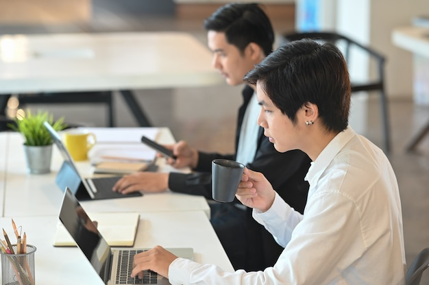 Biznesmena partner pracuje nad ich pojęciami wpólnie w nowożytnym biurze Premium Zdjęcia