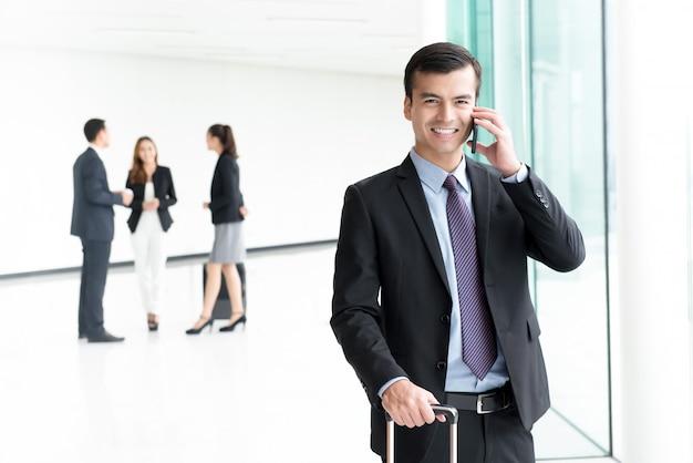 Biznesmena Pasażer Opowiada Na Telefonie Komórkowym łączy W Wi-fi Przy Lotniskiem Premium Zdjęcia