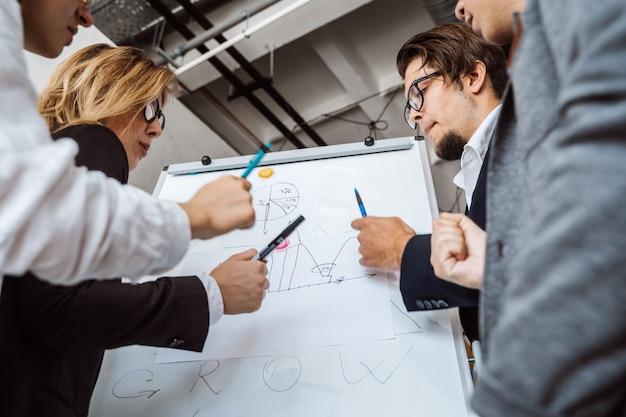 Biznesmeni Dyskutuje Strategię W Spotkaniu Z Whiteboard Darmowe Zdjęcia