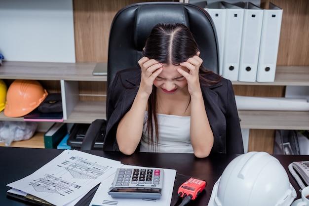 Biznesmeni, kobiety pracujące w biurze ze stresem i zmęczeniem. Darmowe Zdjęcia