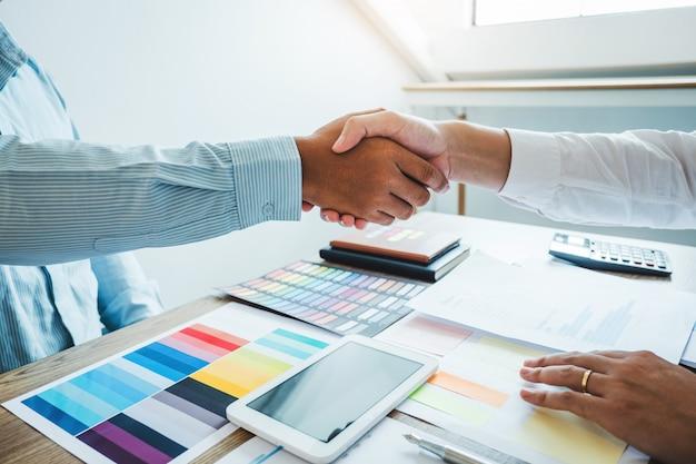 Biznesmeni koledzy podają sobie ręce podczas spotkania, aby podpisać umowę na analizę strategii planowania nowego partnera Premium Zdjęcia