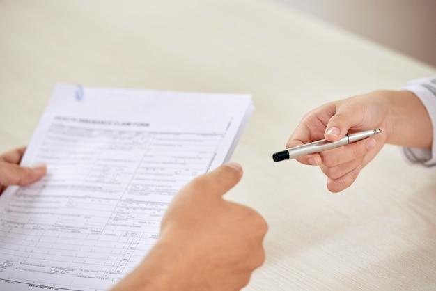 Biznesmeni Na Negocjowanie Podpisania Umowy Darmowe Zdjęcia