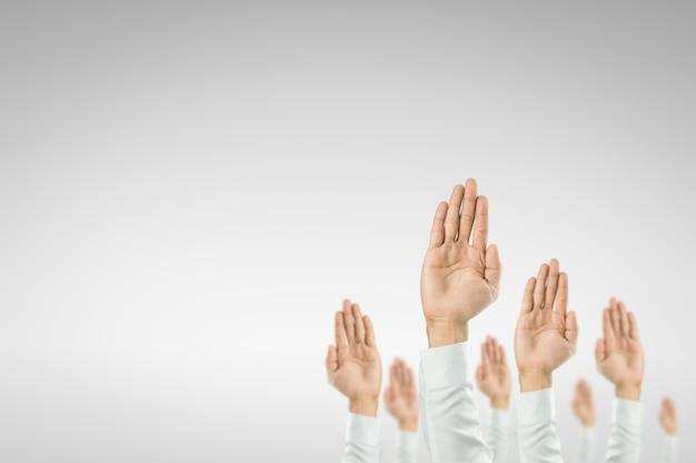 Biznesmeni podnieśli ręce, aby wygrać uroczystość organizacji. Premium Zdjęcia