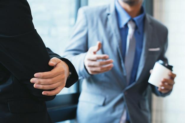 Biznesmeni Sprawdzają Dokumenty Premium Zdjęcia