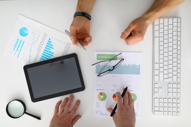 Biznesmeni Sprawdzają I Analizują Raport Zysków Premium Zdjęcia