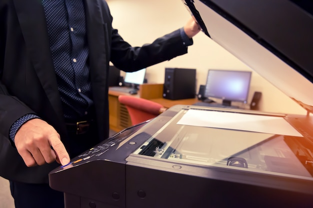 Biznesmeni używają kserokopiarek Premium Zdjęcia