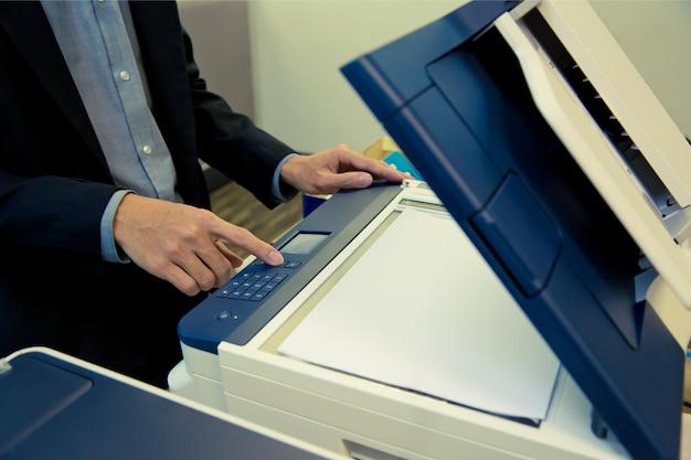 Biznesmeni używają kserokopiarek. Premium Zdjęcia