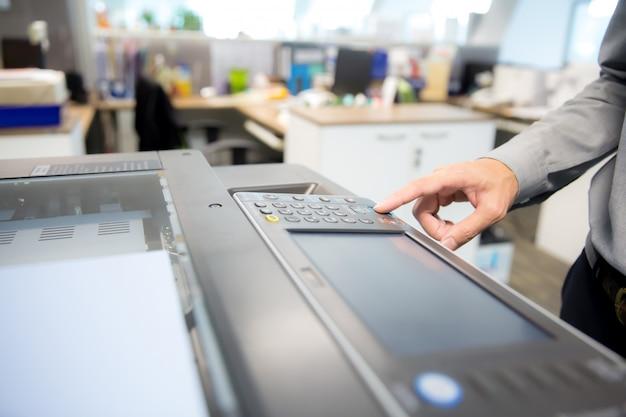 Biznesmeni używają kserokopiarki. Premium Zdjęcia