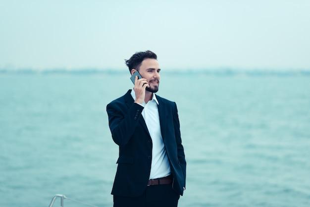 Biznesmeni używają smartfona w prowadzeniu biznesu online, nowoczesne koncepcje biznesowe online Premium Zdjęcia