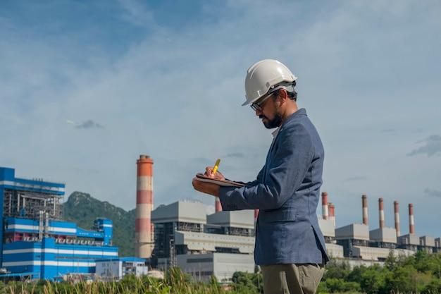 Biznesmeni W Elektrowni Premium Zdjęcia