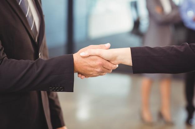 Biznesmenów drżenie rąk Premium Zdjęcia