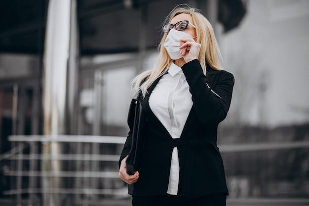 Biznesowa Kobieta Jest Ubranym Maskę Na Zewnątrz Centrum Biznesu Darmowe Zdjęcia