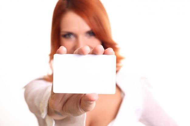 Biznesowa kobieta pokazuje pustą kartę Premium Zdjęcia