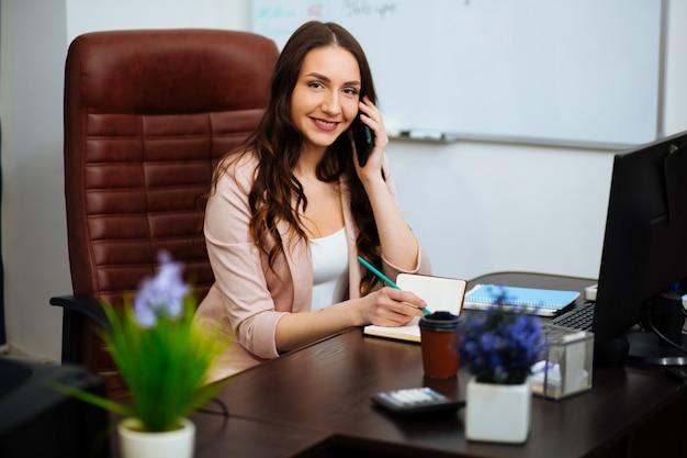 Biznesowa Kobieta Pracuje W Biurze Z Dokumentami Premium Zdjęcia