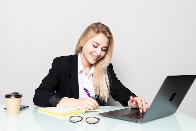 Biznesowa Kobieta Pracuje Z Dokumentami W Biurze Darmowe Zdjęcia