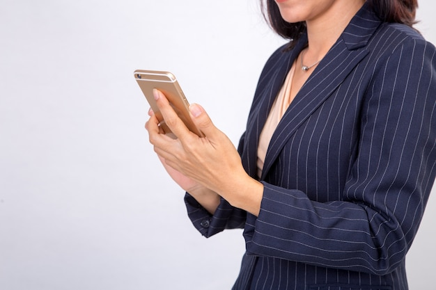 Biznesowa kobieta sprawdza jej emaile na jej mobilnym telefonu komórkowego przyrządu smartfonie Premium Zdjęcia