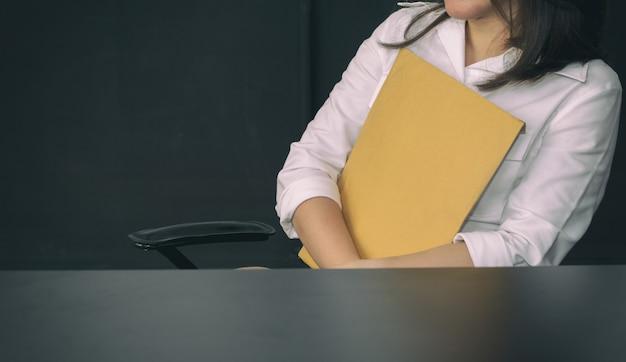 Biznesowa Kobieta Trzyma Brown Papier Koperty W Biurze Premium Zdjęcia