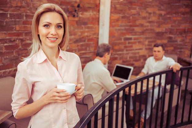 Biznesowa Kobieta Z Filiżanką Kawy. Premium Zdjęcia