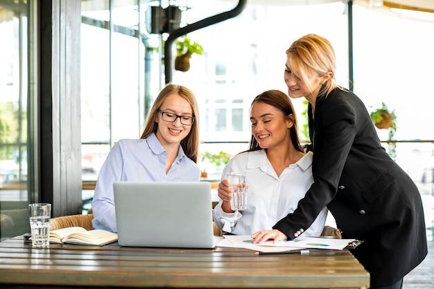 Biznesowe kobiety spotyka przy biurem Darmowe Zdjęcia