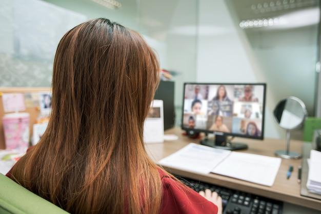 Biznesowe Kobiety Używają Komputera Do Połączeń Wideo Premium Zdjęcia