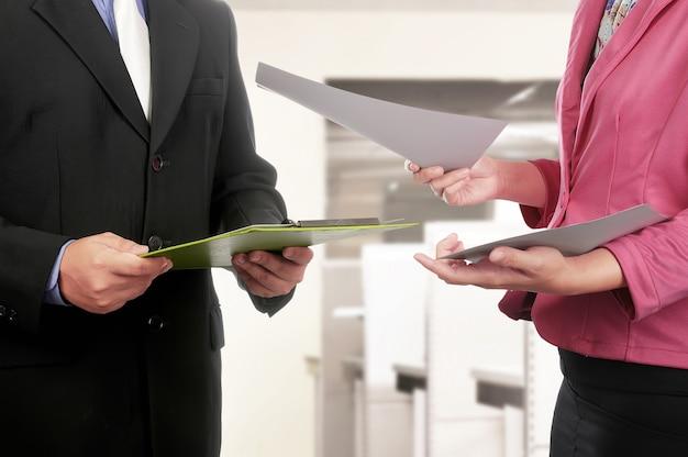 Biznesowego Mężczyzna I Kobiety Ręki Mienia Schowek I Papier Premium Zdjęcia