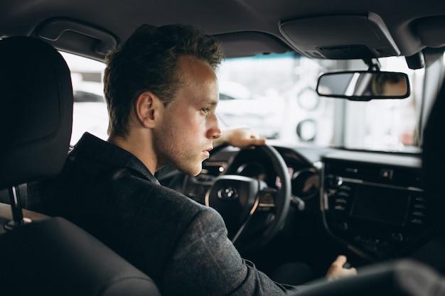 Biznesowego mężczyzna obsiadanie w samochodzie Darmowe Zdjęcia