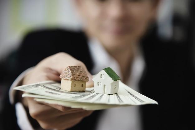 Biznesowego Mężczyzna Przedstawienia Pieniądze Banknot Robi Pieniężnemu Planowi Zaprasza Ludzi Sprzedawać Lub Kupować Dom I Samochód - Monetarnych Własności Pożyczki Kredyta Ubezpieczenia Pojęcie Darmowe Zdjęcia