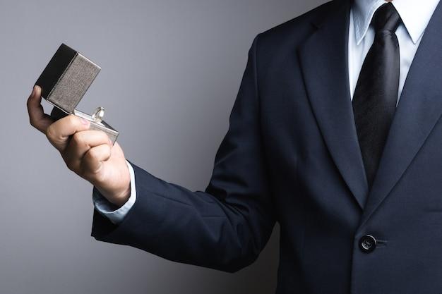 Biznesowego mężczyzna ręki mienia pudełko z pierścionkiem Premium Zdjęcia