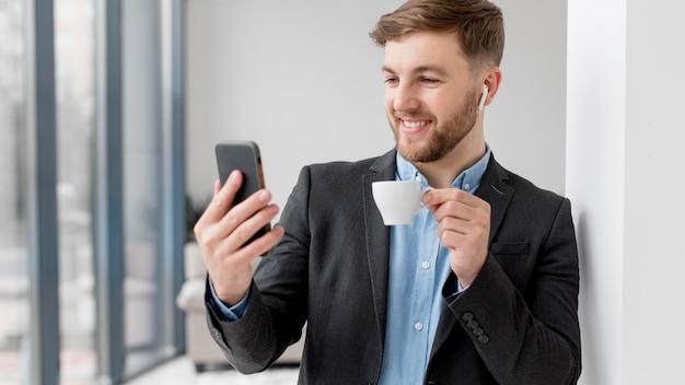 Biznesowego Mężczyzna Wideo Rozmowa Na Telefonie Komórkowym Darmowe Zdjęcia